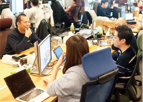 肩書を「絶対」とする上下関係や座席配置をよしとしない小泉さんは、現場で働く一般社員のメンバーと肩を並べて仕事。はたから見ると、社長の席にはとうてい見えない。「フラットな組織運営を心がけ、気軽にコミュニケーションを取れるようにしています」