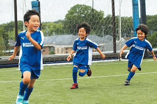 """「海外経験を通じて、グローバルに活躍する人材が1人でも多く出てほしい」と川島さん。そうした思いも募り、海外に挑戦する日本人アスリートの語学習得サポートや、幼児と小学生を対象にした、子供がサッカーを楽しみながら英語を学ぶ「<a href=""""http://globalathlete.jp/english-soccer/"""" target=""""_blank"""">英語サッカースクール</a>」(いずれもグローバルアスリートプロジェクト活動の一環)のアンバサダーを務めている"""