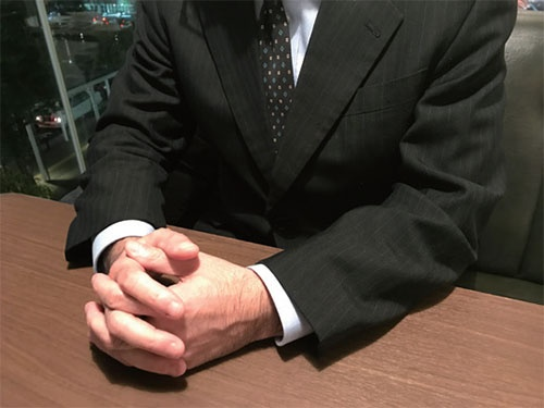 "<span class=""c_b"">神田次郎</span>さん(仮名)<br />国立大学を卒業後、東証一部上場の大手ソフト ウェア開発会社に入社。管理職としてチームをま とめ、年収は1000万円を超えるも、44歳で突 然のリストラ宣告を受けて、初めての転職活動を スタートする。"