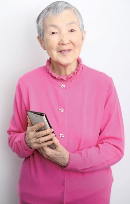 """<span class=""""fontBold"""">若宮正子(わかみや・まさこ)氏</span><br /> 1935年生まれ、82歳。三菱銀行(現・三菱UFJ銀行)を定年まで勤め上げ、3年間の関連会社勤務を経て退職。リタイア生活に入るのを機にパソコンを独学で習得。自宅でシニア向けパソコンサロンも主宰。2017年にiOS向けひな人形位置当てゲームのアプリ「hinadan」を開発。同年6月には、米アップルが開催する世界開発者会議「WWDC 2017」に世界最高齢の女性開発者として特別招待され、一躍注目を集める。『60歳を過ぎると、人生はどんどんおもしろくなります。』(新潮社)など著書多数。(写真:鈴木愛子)"""