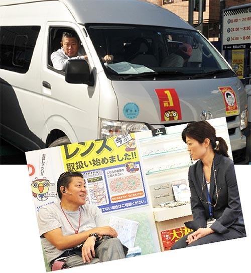 """星﨑さん自らがハンドルを握り、店舗を回る。車内では「時間がもったいないから」と会議が開かれる。トランシーバーも常備し、車内の社員が関係者とやり取りする(写真上)。毎週800人近くの社員と会って話をする。「週に""""9回""""は社員と飲みに行きます」(星﨑さん)"""