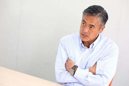 "<span class=""fontBold"">玉塚 元一</span><br> 旭硝子などを経て、2002年ファーストリテイリング代表取締役社長 兼 COOに就任。2005年9月に企業再生・事業の成長を手掛ける企業リヴァンプを創業。ローソン社長、会長CEOを経て2017年6月、デジタル製品のテスト及びQAを行うデジタルハーツホールディングス代表取締役社長CEOに就任。"