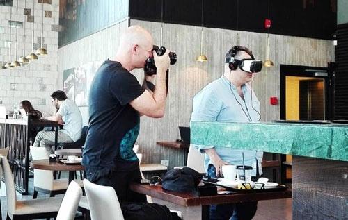 テルアビブ市内のカフェではVRデバイスのデモが行われていた