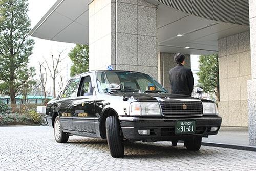 顧客を待つ日本交通のタクシー。無線配車は早朝時間帯の需要が増えている