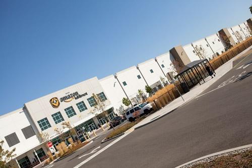 アマゾンの本社があるシアトルの郊外にある最新鋭のフルフィルメントセンター。東京ドーム2個分の敷地に2000万を超える商品が保管されている(写真:Hayley Young、以下同)