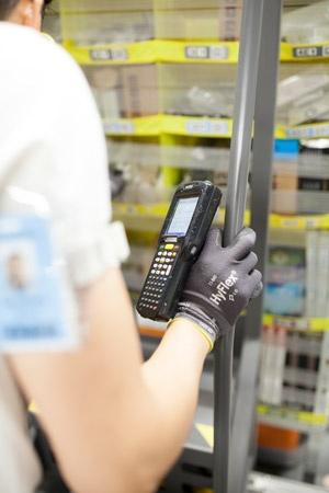 驚くべきことに、バラバラにして保管する方が効率的なのだという。どの小部屋に商品が保管されているかは商品を格納する時にハンドスキャナーで記録する