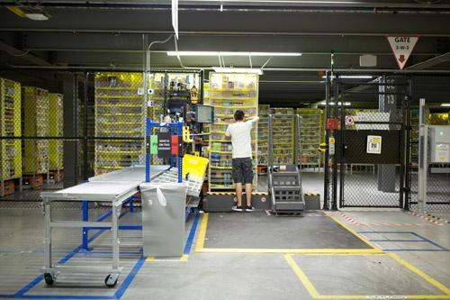 人間は空間を認識する能力に優れている。また、異なる商品の中から該当するものを瞬時に取り出す能力も高い。ロボットもそこまではまだできない