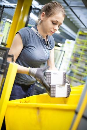 取り出した商品は黄色い箱に入れ、一杯になった段階で押し出す。ここでは複数の消費者の商品が混在した状態だ。この後、別の場所で消費者ごとに仕分けされる