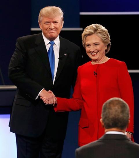 討論会の冒頭で握手するトランプ氏(左)とクリントン氏(右)(写真:ロイター/アフロ)