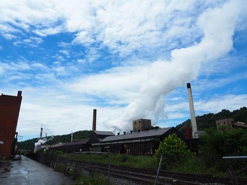 モネッセンに残るアルセロール・ミタルの製鉄所。街の灯を細々とともしている