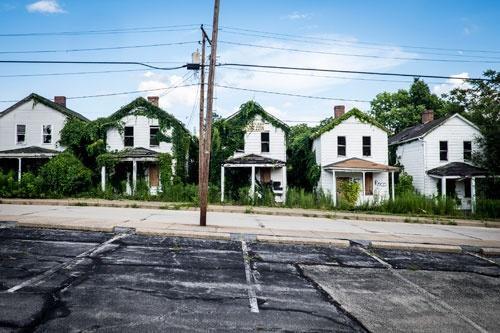 モネッセンの坂の上に並ぶ住宅街。空き家になってからだいぶ時間がたつのだろう。雑草に覆われている(写真:Pete Marovich)