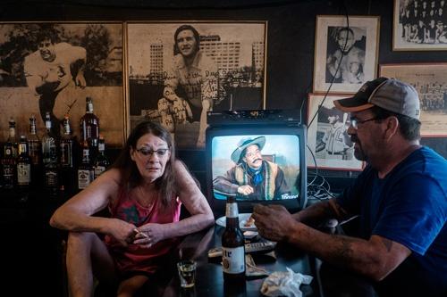 アリクィッパのバーで住民と語るバーテンダー(写真:Peto Marovich)