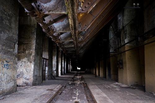 廃墟となった製鋼所(写真:Peto Marovich)