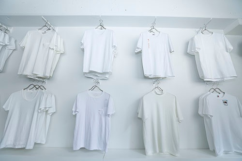 白い壁に白いTシャツが並ぶ様は、妙な迫力がある(写真:竹井 俊晴、以下同じ)