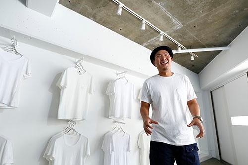 夏目拓也氏は白いTシャツ好きが高じて店を出すまでになった