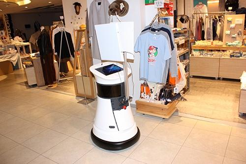 自走ロボット「シリウスボット」は、上部のアンテナでRFIDの情報を読み取 る