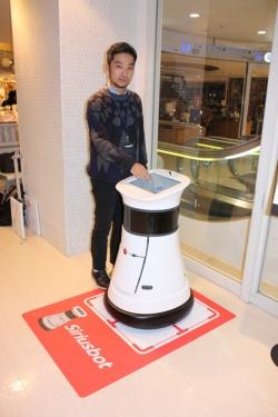 実験を担当するパルコの伊藤氏。シリウスボットは棚卸し以外にも、来店客の案内業務などに対応する。
