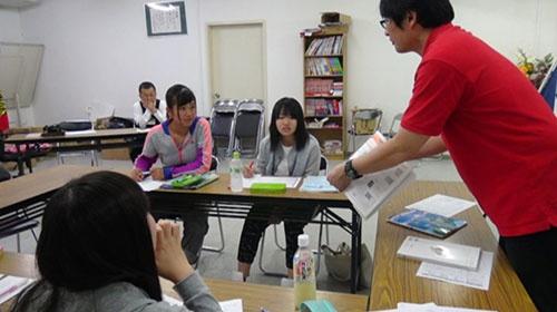 サンピットの高校受験対策の学習塾。総務部長の浅野長実氏(右、講師としての名は浅野学)が教壇に立つ(福岡県うきは市)