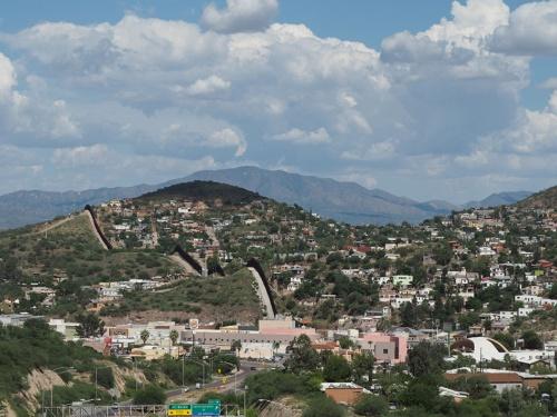米国とメキシコの国境に立てられたフェンス(写真はアリゾナ州ノガレス)