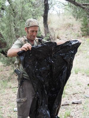 メキシカン・レインコート。正体は頭を出す穴を開けたゴミ袋
