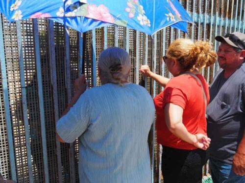 ティフアナのフレンドシップパークに屹立する国境のフェンス。毎週末、ここでは離ればなれになった人々がフェンス越しにひとときの再会を果たす