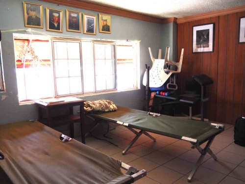 ルイスが母親と過ごしたバンカーの簡易ベッド