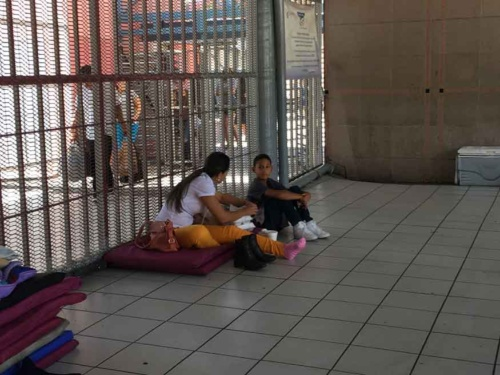 ノガレスの入国ゲートにいた米国への移住希望者。彼女はブラジルから来たという