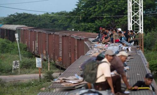 米国国境を目指す中南米からの移民(写真:AP/アフロ)