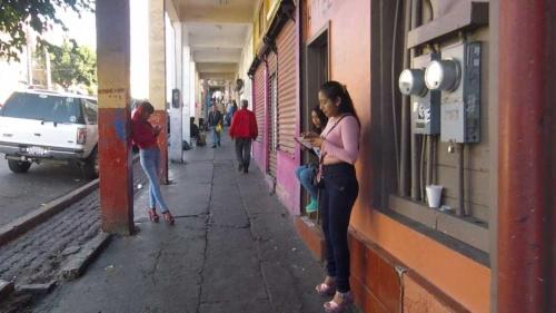 路上の売春婦たち。ティフアナの一角は常にこんな状況