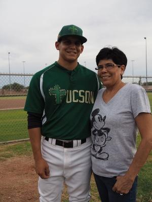 リリーフ投手と内野手を兼任するアレックス。父親が米軍に勤務していたため幼少期は沖縄で過ごした。横の女性は母親
