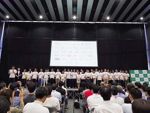 45社の代表がステージに(写真=伊藤 淳)