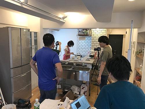 貸しキッチンスペースに集まり、議論する若手