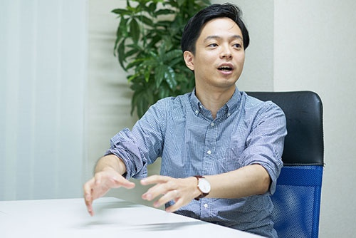 <b>山本 将裕(NTT東日本)</b><br /> 1987年生まれ。2010年NTT東日本入社。15年にNTTグループの有志団体「O-DEN」を立ち上げ、社会と会社を変える活動を続ける(写真=吉成 大輔)