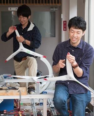 <b>若手メンバーが積極的に作業を進める。左から、三品和広氏と辻竜也氏</b>(写真=堀 勝志古)