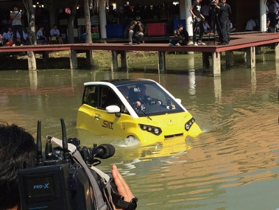 <b>FOMMがタイで実施した小型EVが水上を動き回るデモは現地メディアの注目を集めた</b>