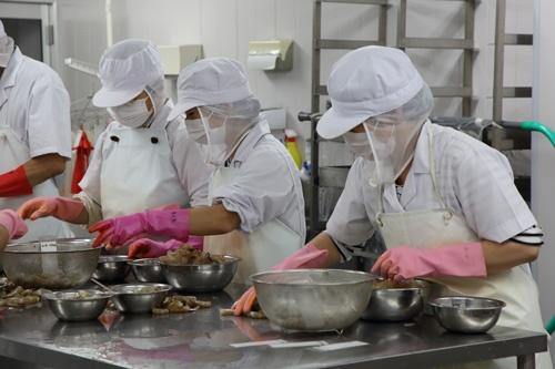 パプアニューギニア海産の従業員は8割以上がパートの女性