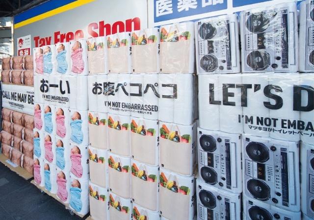 2017年1月に東京・南青山店でテスト配布したときの様子。約300個を用意したがすぐになくなったという。こうした反応から、新しいデザインでも市場に受け入れられると判断した