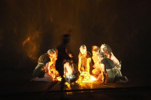 アボリジニが火をおこしているところ。