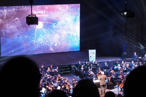 オーケストラによる「ジュピター」の演奏が。