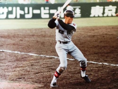 東京六大学野球の試合で打席前に素振りをする青島さん
