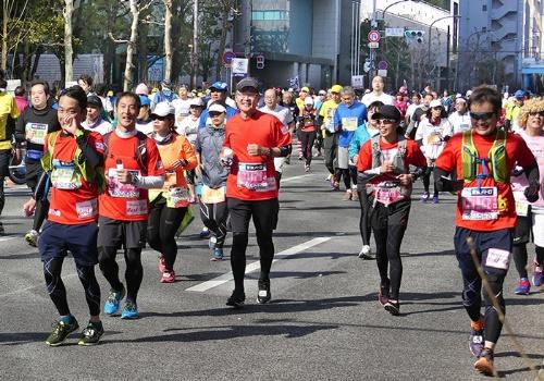 東京マラソンを6時間17分50秒で完走した日比野会長(中央)