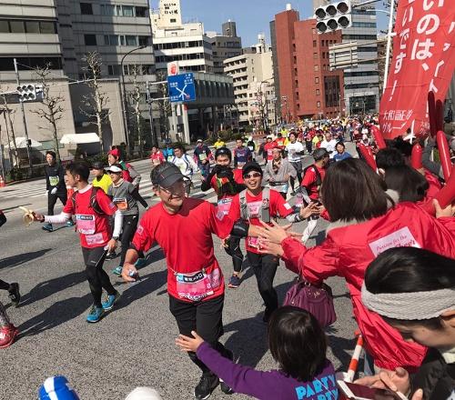 東京マラソンで応援団の声援に応える日比野会長。