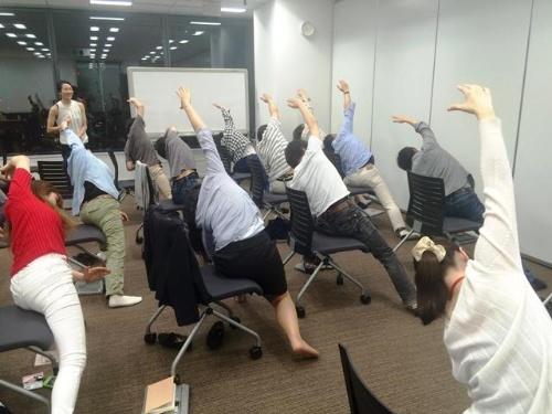 ディー・エヌ・エーが社員向けに開催した、座ってできるヨガの健康セミナー