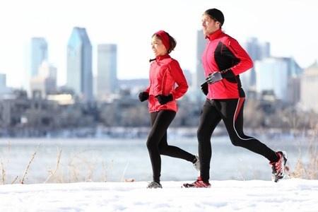 冬のシーズンに運動するときには、ウェアの選び方も重要になってくる。 (c)maridav-123RF