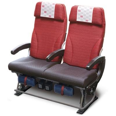 横9席配列が主流のなか横8席を実現したエコノミークラスの座席。従来の座席に比べて横幅に5cmのゆとりをもたせた