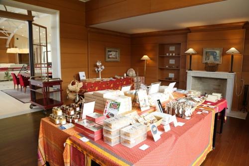 土産コーナーも滋賀の商品をそろえる(写真:大亀京助)