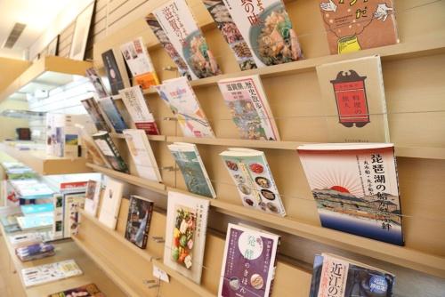 滋賀についてのさまざまな本も置かれている(写真:大亀京助)