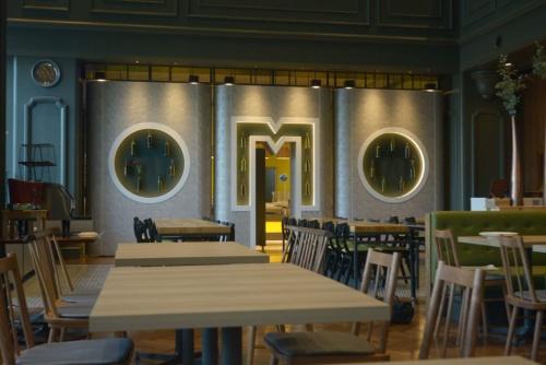 改装した1階のカフェ&バル(写真:船戸俊一)