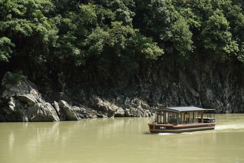 星のや京都の宿泊客は船で旅館を訪れる(写真:大亀京助)