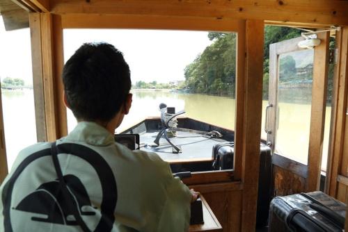 星のや京都の船を操るのは星野リゾートのスタッフ(写真:大亀京助)